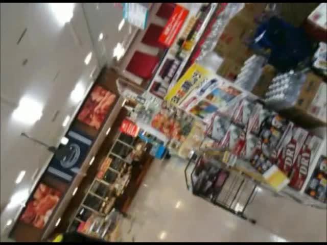 食料品スーパーで買い物中の美脚若妻を狙い、ミニスカの中身を逆さ撮りで撮影するパンチラ盗撮!