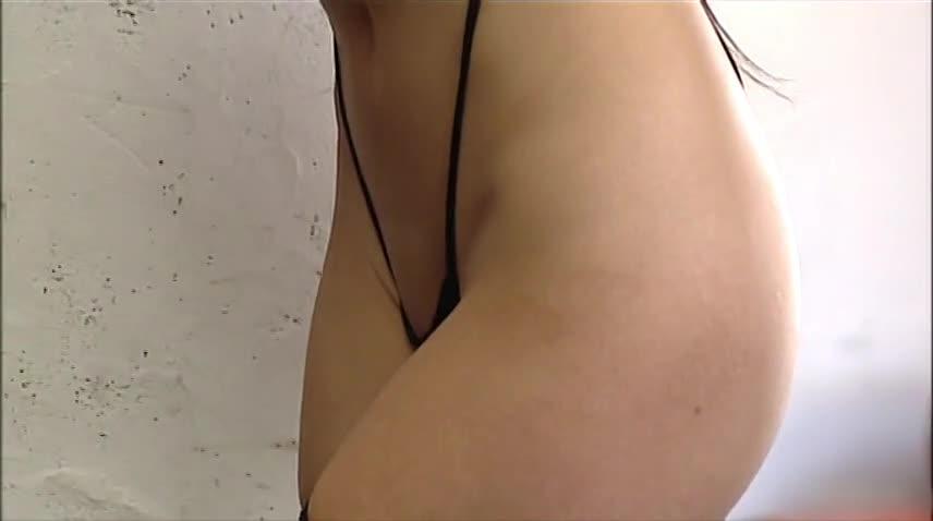 【水着】水着の素人女性の動画。壇蜜がおまんこがギリギリ隠れるサイズの水着を引っ張って食い込ませてる・・・